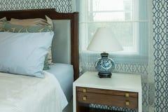 Camera da letto classica di stile con i cuscini blu e lo stile cinese della lampada Immagini Stock Libere da Diritti