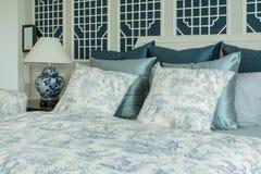 Camera da letto classica di stile con i cuscini blu e lo stile cinese della lampada Fotografie Stock