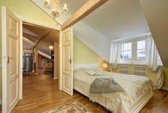 Camera da letto classica leggera di stile Fotografia Stock