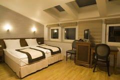 Camera da letto comoda dell'hotel immagini stock