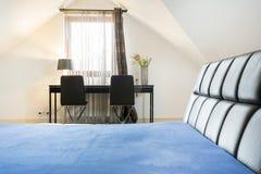 Camera da letto con area di lavoro immagini stock libere da diritti