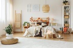 Camera da letto con grande tappeto bianco fotografie stock