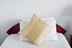 Camera da letto con i cuscini marrone chiaro. Fotografia Stock