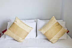 Camera da letto con i cuscini marrone chiaro. Fotografie Stock Libere da Diritti