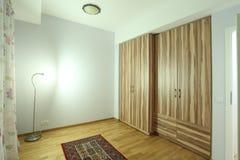 Camera da letto con il grande guardaroba Fotografie Stock Libere da Diritti