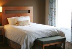 Camera da letto con la coperta bianca sulla base Fotografia Stock