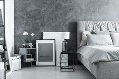 Camera da letto con la lampada fatta a mano del vaso Fotografia Stock Libera da Diritti
