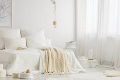 Camera da letto con le finestre immagini stock libere da diritti
