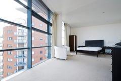 Camera da letto con le grandi finestre immagine stock libera da diritti