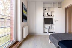 Camera da letto con lo scaffale ed il guardaroba fotografie stock libere da diritti