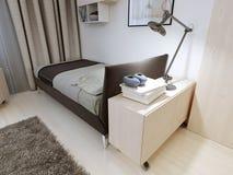 Camera da letto con mobilia rigorosa Fotografia Stock Libera da Diritti