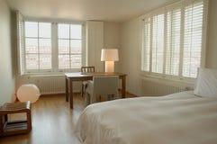 Camera da letto contemporanea dell'hotel Fotografia Stock Libera da Diritti