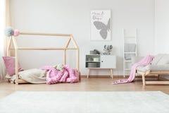 Camera da letto creativa con la coperta modellata immagine stock libera da diritti