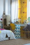 Camera da letto creativa con le decorazioni variopinte Immagini Stock