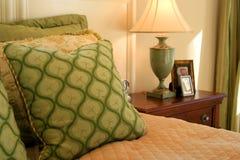 Camera da letto, cuscini, lampada, Tabella fotografia stock