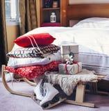 Camera da letto decorata nello stile di Natale Immagini Stock Libere da Diritti