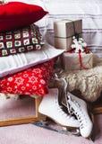 Camera da letto decorata nello stile di Natale Fotografie Stock