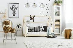 Camera da letto del bambino con il letto della casa immagine stock