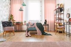 Camera da letto del pastello di verde e di rosa fotografia stock
