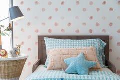 Camera da letto del ` s dei bambini alla luce calda Fotografia Stock