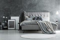 Camera da letto del sottotetto con progettazione grigia fotografia stock libera da diritti