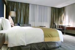 Camera da letto dell'hotel Immagine Stock