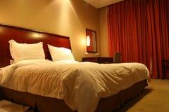 Camera da letto dell'hotel Immagini Stock