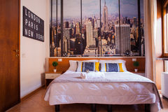 Camera da letto dell'hotel di Ares Fotografia Stock