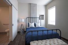 Camera da letto dell'hotel di località di soggiorno di vacanza Immagini Stock