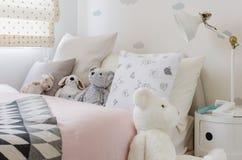 Camera da letto della ragazza con la bambola Fotografie Stock Libere da Diritti