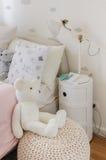 Camera da letto della ragazza con le bambole fotografie stock libere da diritti