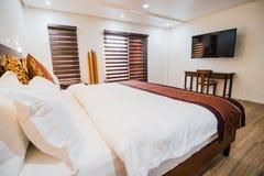Camera da letto della villa fotografie stock libere da diritti