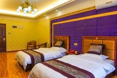 Camera da letto delle serie di lusso in hotel immagini stock libere da diritti