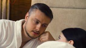 Camera da letto di flirt di relazione delle coppie di intimità di amore video d archivio