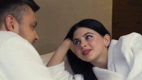 Camera da letto di flirt di relazione delle coppie di intimità di amore stock footage