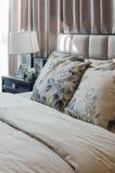 Camera da letto di lusso con la lampada bianca sulla tavola di legno nera Fotografia Stock