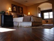 Camera da letto di lusso con la pavimentazione del legno duro Fotografia Stock Libera da Diritti