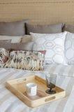 Camera da letto di lusso con la tazza ed il vetro sul vassoio di legno Immagini Stock