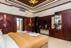 Camera da letto di lusso eccellente dell'hotel immagini stock libere da diritti