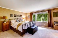 Camera da letto di lusso nel colore della pesca Fotografia Stock Libera da Diritti