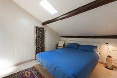 Camera da letto di un sottotetto immagine stock libera da diritti