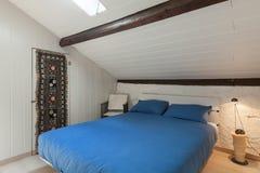 Camera da letto di un sottotetto fotografia stock
