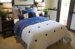 Camera da letto domestica di lusso. fotografie stock libere da diritti
