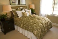 Camera da letto domestica di lusso moderna. Immagini Stock