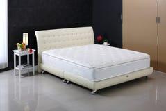 Camera da letto e materasso piacevoli Fotografia Stock