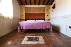 Camera da letto elegante Fotografie Stock Libere da Diritti