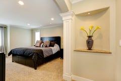 Camera da letto elegante con l'arco e posto adatto decorato nella parete fotografie stock libere da diritti