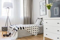 Camera da letto elegante luminosa Immagine Stock Libera da Diritti