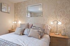 Camera da letto elegante moderna Fotografia Stock Libera da Diritti