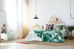 Camera da letto familiare con gli accessori variopinti Fotografie Stock